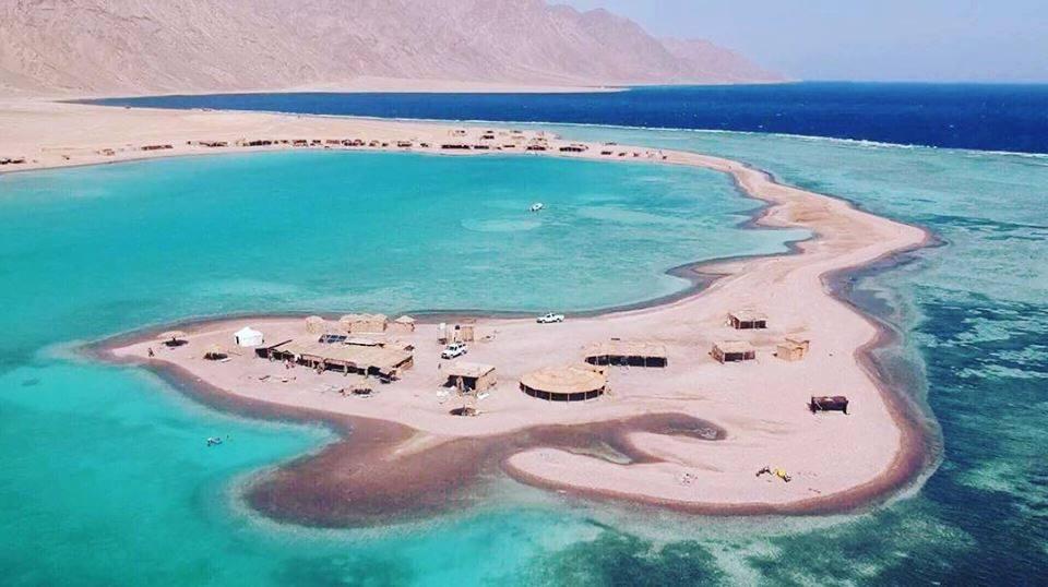 السياحة في دهب تعد واحدة من أهم وأفضل الأماكن التي توجد في جنوب سيناء، وبها الكثير من الشواطئ الرائعة ذات الشكل المميز والشعاب المرجانية